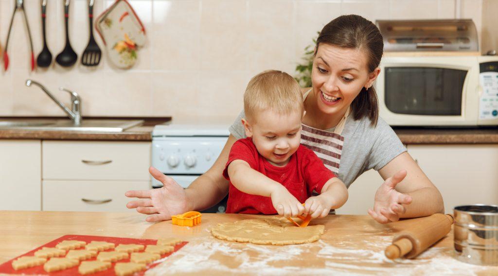 Cuisiner un temps de partage en famille rigolo comme la vie - Cuisiner avec son enfant ...